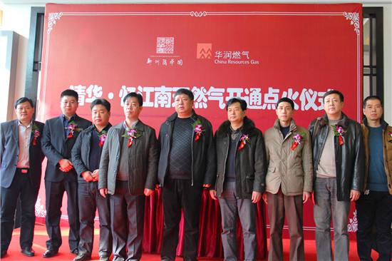 郑州清华园企业还向华润燃气公司赠送了锦旗,华润燃气公司也向施工